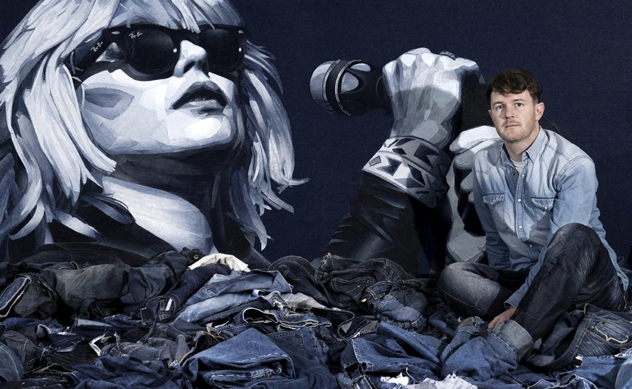 Nas mãos de Ian Berry, jeans descartado vira obra de arte: o artista britânico e Debbie Harry