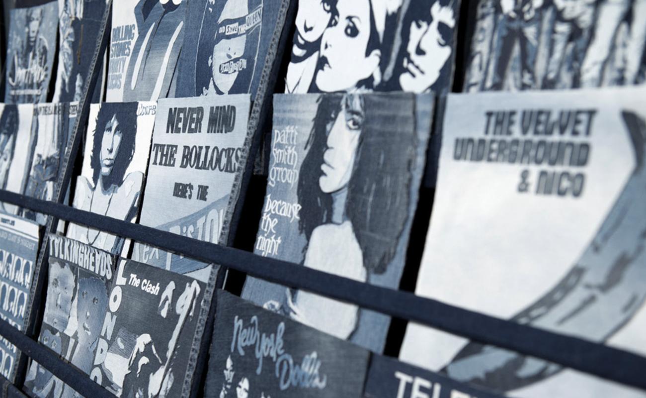 """Nas mãos de Ian Berry, jeans descartado vira obra de arte: obra """"Record store"""""""
