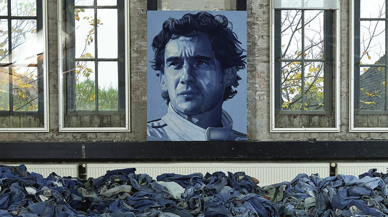 EZE - Nas mãos de Ian Berry, jeans descartado vira obra de arte: retrato de Ayrton Senna